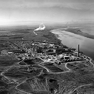 Aerial view of the Hanford Site on the shore of the Columbia River (1960). On the right-hand side is the so-called N-Reactor, which produced plutonium for U.S. nuclear weapons and began generating electricity for the general power grid in 1966. Photo: © United States Department of Energy
